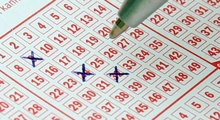 Lottoschein wird mit Kugelschreiber ausgefüllt.
