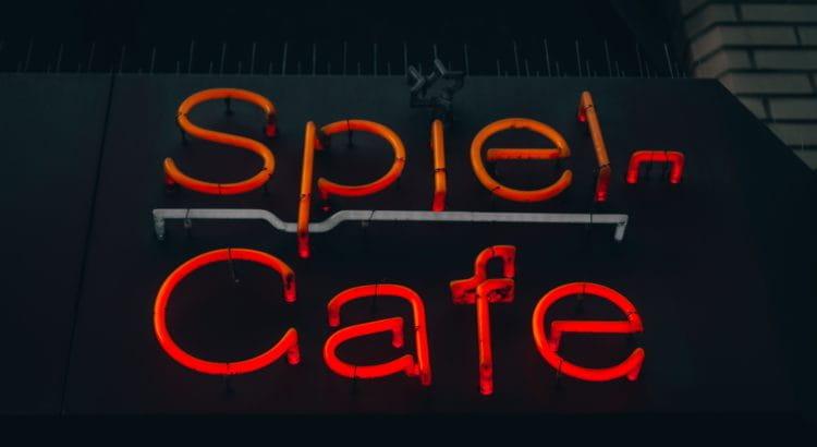 Spielcafé in Leuchtschrift.