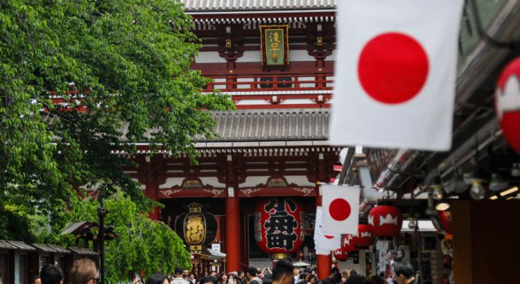 Japanische Flaggen an einem Tempel.