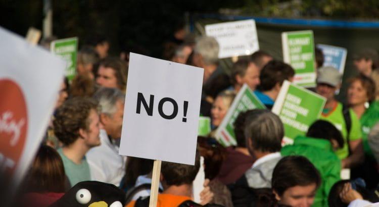 Menschenmenge streikt mit Plakaten.
