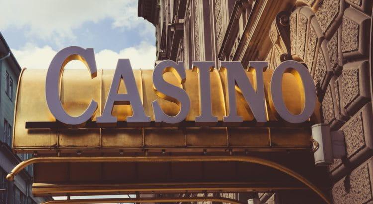 Aufschrift Casino an einer Fassade.